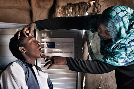 Dalasa Anja, Stato di  Gedaref. Un'operatrice sanitaria della comunita' visita un giovane paziente @LauraSalvinelli
