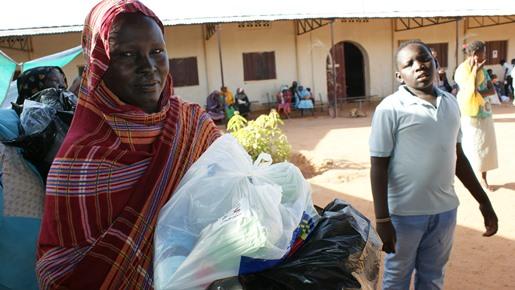 Donna della Comunita' di Kizito con il kit emergenza alluvioni della Cooperazione Italiana