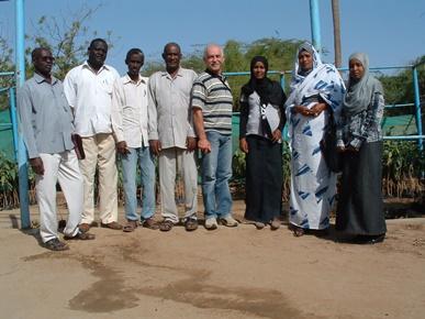 L'esperto Alessandro Valgimigli con alcuni collaboratori sudanesi