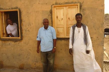 """Ibrahim, in abito tradizionale sudanese, davanti al """"suo"""" Centro Sanitario di Tomsai"""