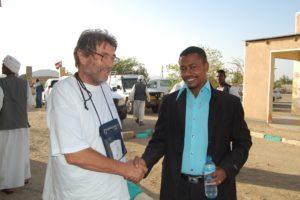 Elhag Badawi, direttore dell'Amministrazione Sanitaria della località di Sinkat, con il direttore di IC