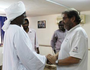 il direttore di AICS, alberto Bortolan e il Governatore di Gedaref mano in mano