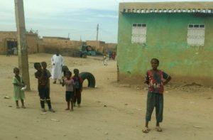 Bambini incuriositi dalla visita nel campo