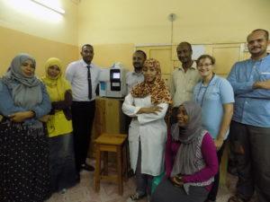 un foto dello staff medico con gl'ingegneri medici