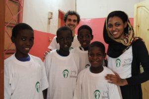 Staff AICS insieme ai piccoli ospiti dell'orfanotrofio maschile Al Mustakbel