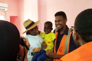 L'ambasciatore di Sud Africa, Francis Moloi, con i volontari e i bambini