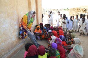 Valentina insieme ai bambini di un villaggio