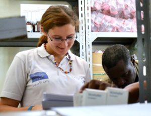 Valentina Actis Dana, controllando la consegna di farmaci