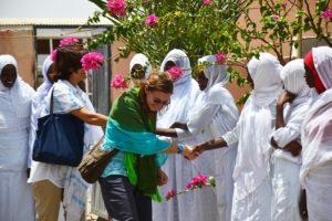 Valentina saluta le ostetriche al termine di training